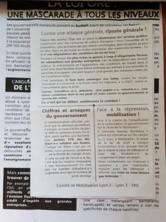 និស្សិតបារាំងម្នាក់បានចែកខិតប័ណ្ឌនេះ នៅច្រកទ្វារ ក្បែរ Bibliothèque Lumière Lyon 2 Cheuvrel